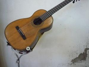 Tripodion con una guitarra de Benito Campo de 1840.